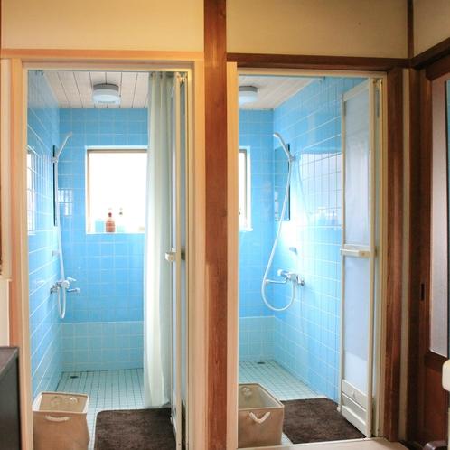 シャワールーム。ふたつ完備。
