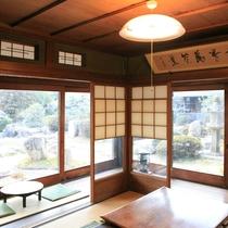 共有スペースからは、日本庭園を眺めることができます。