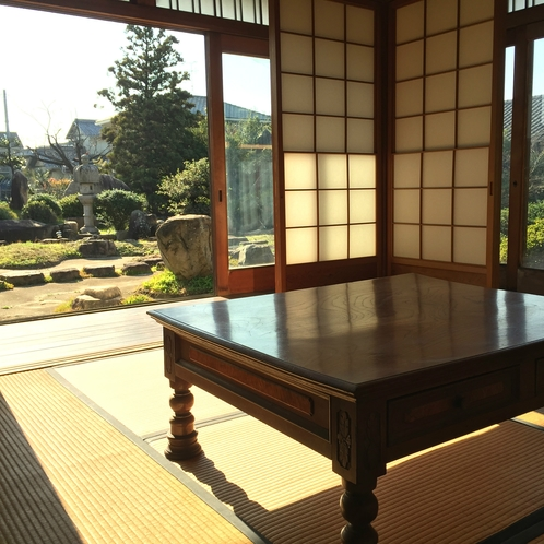 共有スペースからは日本庭園が眺められます。