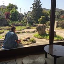 お庭でゆったりとした朝の時間を楽しんでくれています。