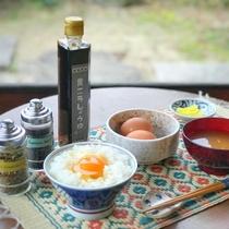 朝食 黄ニラ醤油を使った卵かけご飯とみそ汁(セルフサービス、別料金¥500)