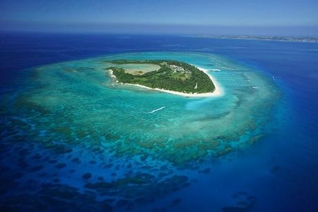 クロワッサンアイランド水納島(車で渡久地港まで10分。高速船で15分)