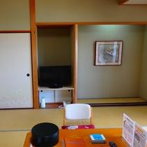 和室10畳 お部屋には冷蔵庫・ポット・TVを完備しております。
