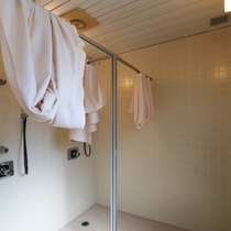 駐車場入り口に温水シャワー室があります。無料で使用できますので、フロントにお問い合わせください。