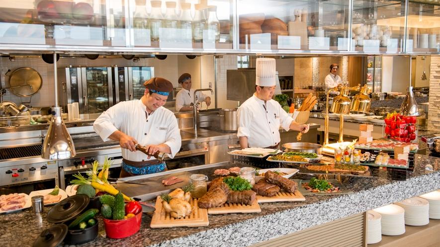 【SURIYUN】シェフが目の前で調理するオープンキッチンスタイル。