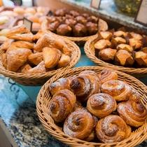 【SURIYUN】朝食ではパンの種類も豊富。