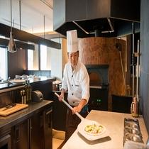 【CORRENTE】ライブ感あふれる開放的なオープンキッチン。