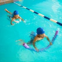 【1階 屋内プール】水泳帽、ビート板、アームヘルパー等の無料貸出しもございます。※数限定