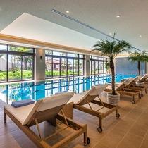 【1階 屋内プール】 長さ17mの温水プールは一年中ご利用いただけます。