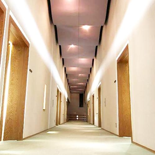 天井が高くぬくもり溢れる館内廊下