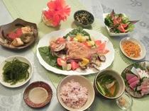 魚のアクアパッツアがメインディッシュの夕食一例