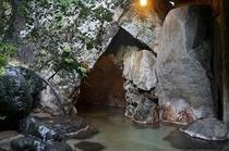 女性 露天 洞窟風呂