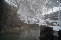 男性 露天風呂 雪景色
