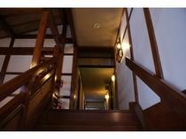 フロントから2階へ