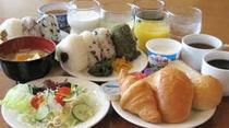 無料朝食◎おにぎり・お味噌汁・パン・野菜スープ・ボイルソーセージ・新鮮野菜のサラダなど
