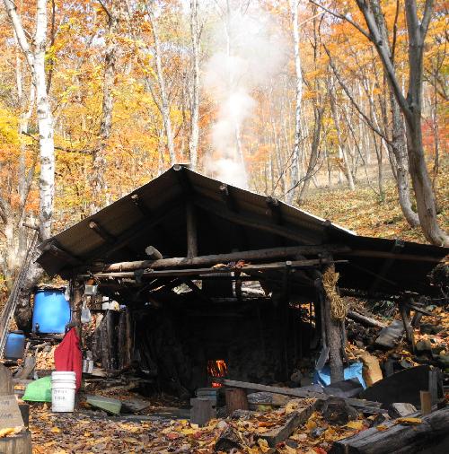 現役の炭焼き小屋。澗満滝展望台近く。