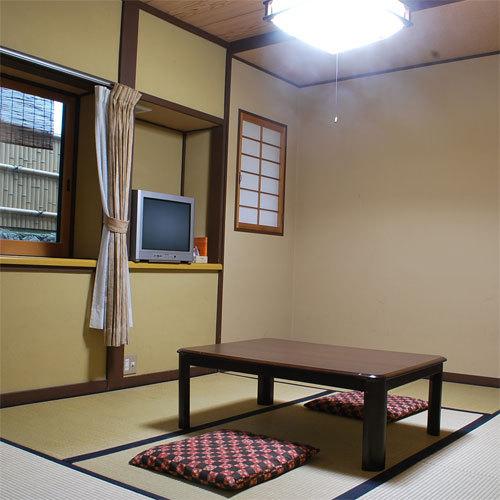 【庭の見えない小さなお部屋】庭園に面していないこぢんまりとした和室です。