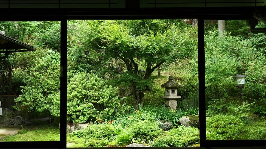 *【中庭】大原の山の姿を大切にした、素朴な美しさ・優しさを感じるお庭です。