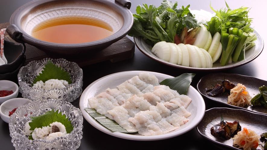 *【鱧すき鍋】「石垣島塩」のお味噌を隠し味にした出汁で、菜園でとれるタマネギや青菜と一緒に「夏の味」