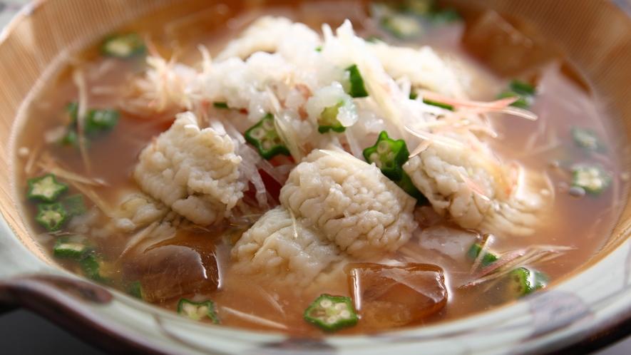 *【冷やし鱧鍋】トマトの爽やかな酸味が消化を促進、食物繊維たっぷりのオクラは整腸効果も♪