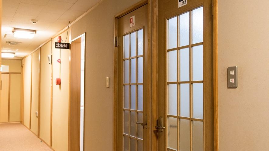*【共同洗面所】トイレ・洗面所は共同利用。館内にいくつかあります