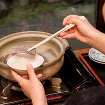 *【朝の朝食風景】セルフでいただくおかずと一緒に、お好みで味噌田楽も