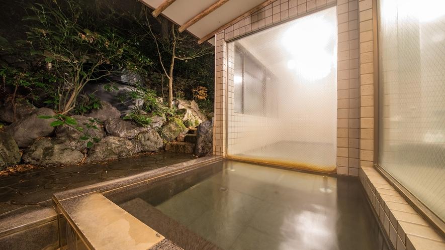 *【半露天風呂】タイルのお風呂には、内湯を出ると半露天が