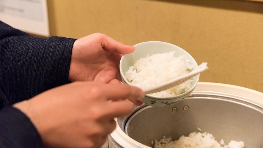 *【ごはんもセルフで】炊きたて白ご飯がおいしそう!