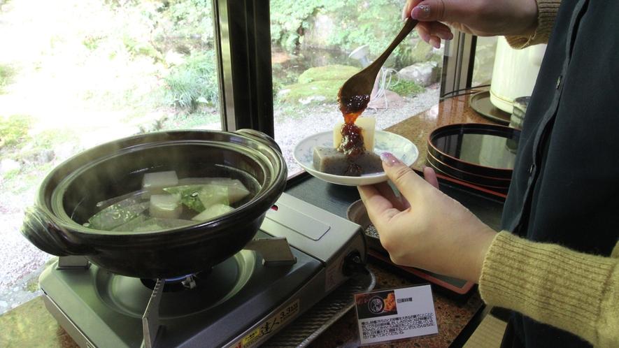 *【朝の朝食風景】セルフでいただくおかずと一緒に、お好みで味噌田楽もお召し上がりいただけます♪