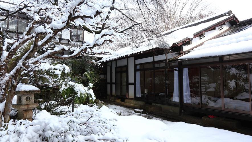*【雪景色の中庭】冬ならではの静かな里山の風景。お庭も凛と澄んだ風情が漂います。