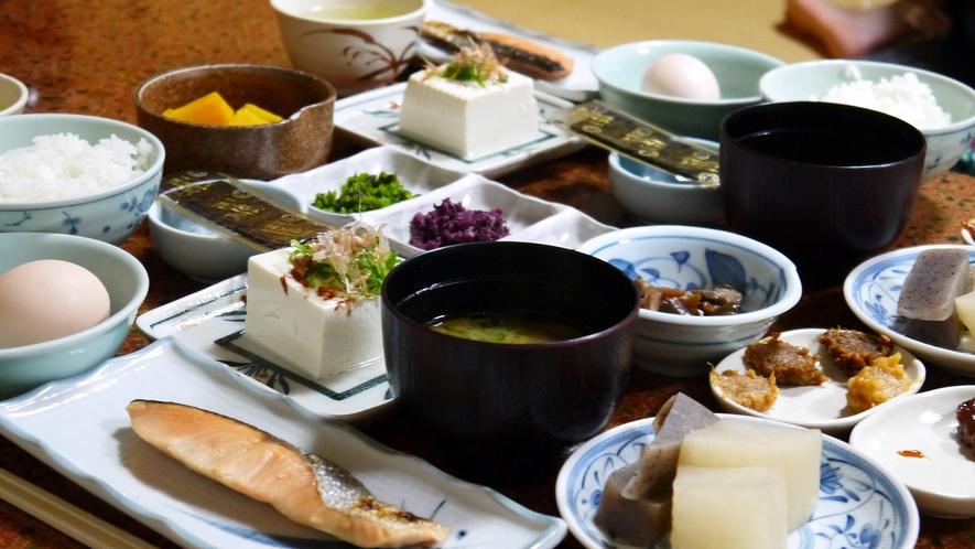 *【大原の朝食】民宿ならではのセルフでいただく煮物は大原自慢の味噌田楽で召し上がれ♪