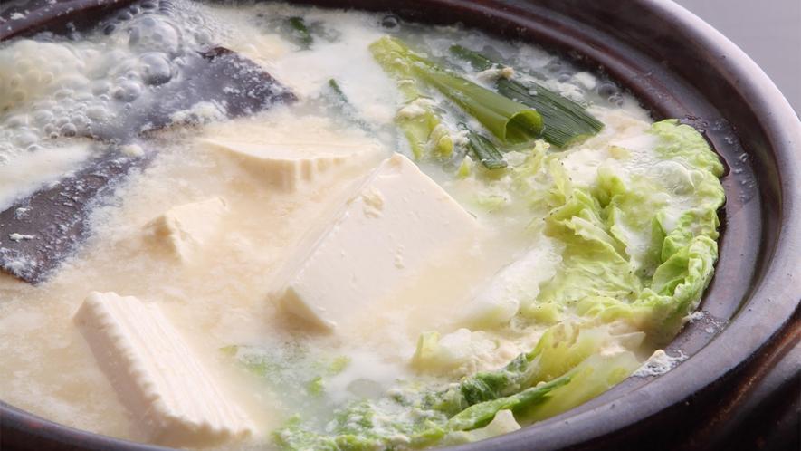 *【湯豆腐】ベジタリアンにも好評の野菜たっぷりダシと豆乳のスープの湯豆腐!