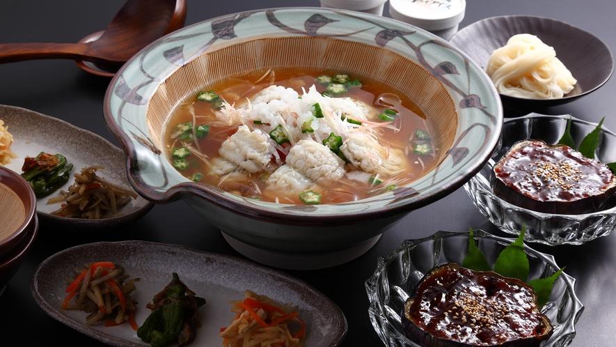 *【冷やし鱧鍋】彩り豊かな夏野菜と、この時期に欠かせない鱧を加えた夏限定のお鍋。