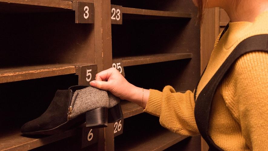 *【靴は下駄箱へ】自分の靴をフロントにある部屋番号ごとの靴箱へ入れます