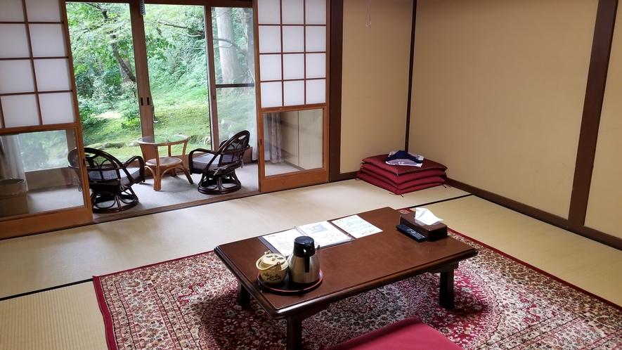 *【お部屋】昔ながらの畳のお部屋。中庭が見えるお部屋もございます。