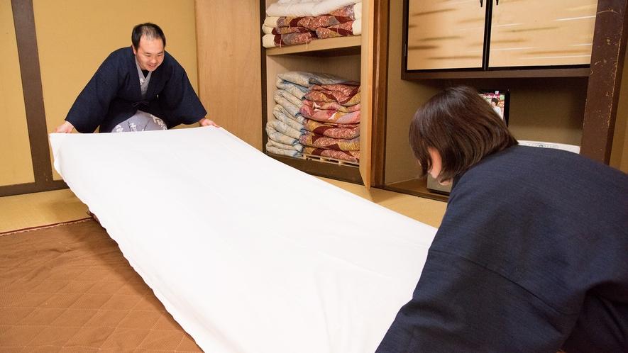 *【寝る支度】お布団敷きはセルフサービス。シーツを敷いて…