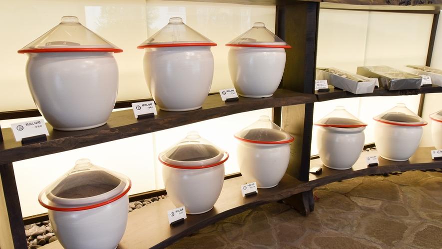 *【こだわりのお味噌】隣接する「味噌庵」にて、色々な手づくり味噌を販売しております。