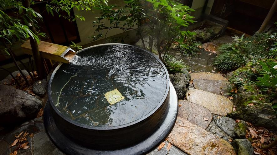*【露天風呂】小さなお庭の中に湧き出る天然温泉にほっこり
