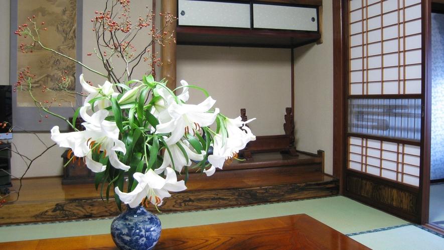 *【館内】四季折々で変わる花を生け花でお楽しみ下さい─
