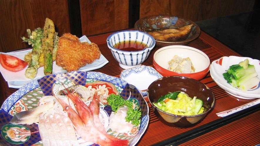 *【夕食例】彩りよく盛られたお食事に舌鼓。