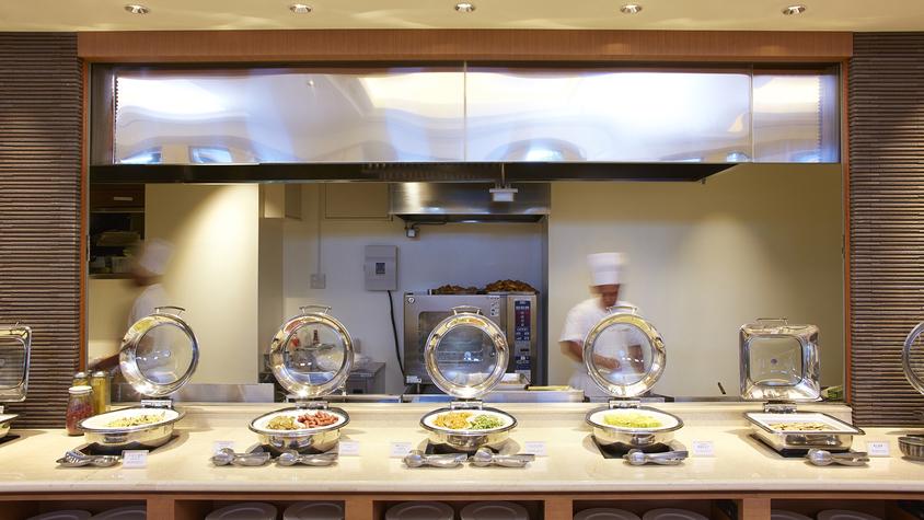 【ご朝食ビュッフェイメージ】 シェフこだわりの和洋食と沖縄料理が多彩に並ぶ。/ビュッフェレストラン
