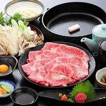【ご当地牛を食す】日本三大和牛の一つ「米沢牛」決め細かな霜降りで舌の上でとろける食感(すき焼き)