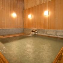 【あすなろの湯】ヒノキと石の浴槽と、半身浴が出来る浅めの浴槽がある