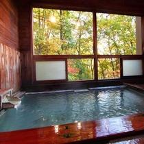 【やすらぎの湯】天然温泉に入りながら、窓から紅葉を眺める贅沢な時間・・・