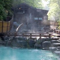 【大露天風呂・夏】自然の川が流れ♪川のせせらぎを聞きながら源泉掛け流しでのんびり♪湯ったり♪
