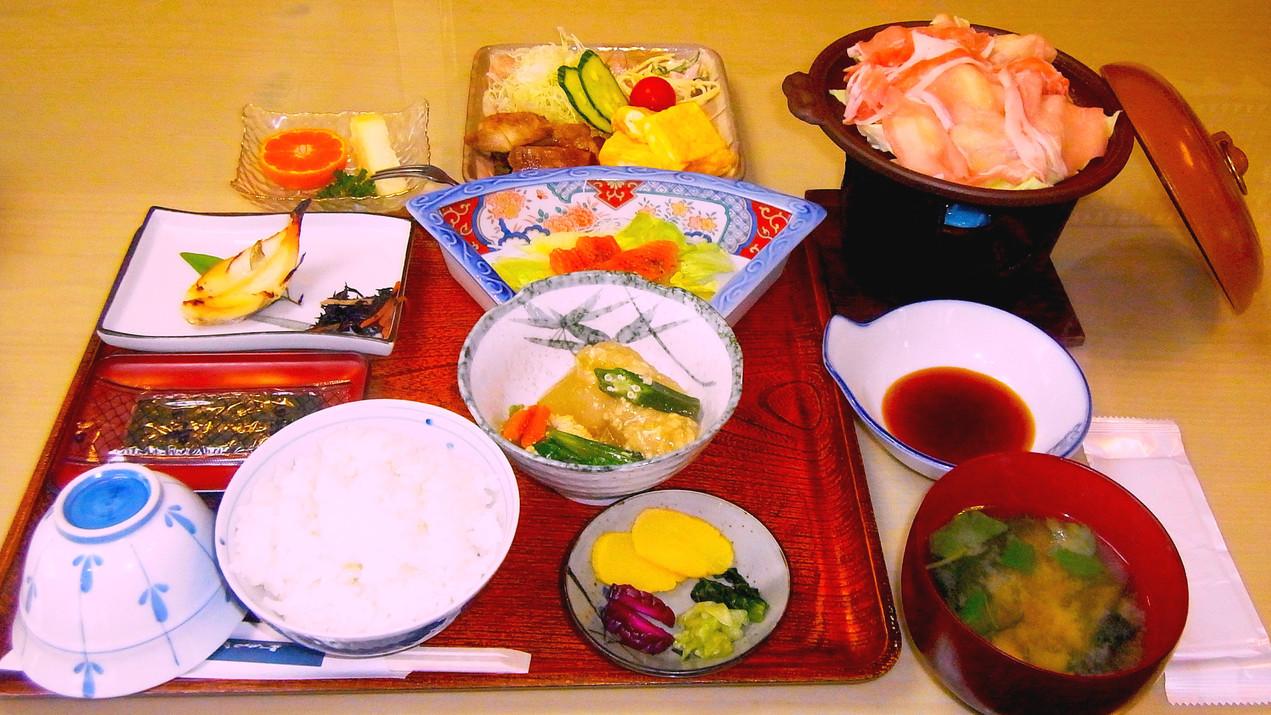 ・冬は鍋料理、夏は鉄板料理がついた朝食