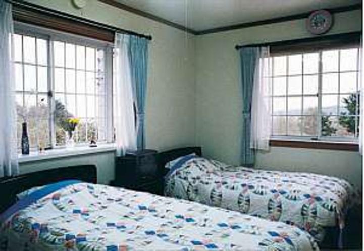 ゲストルームは窓も大きく開放的な設計になっている