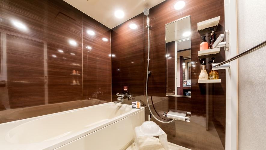 木目と白色で清潔なバスルームです。色々な入浴剤をお試しください。
