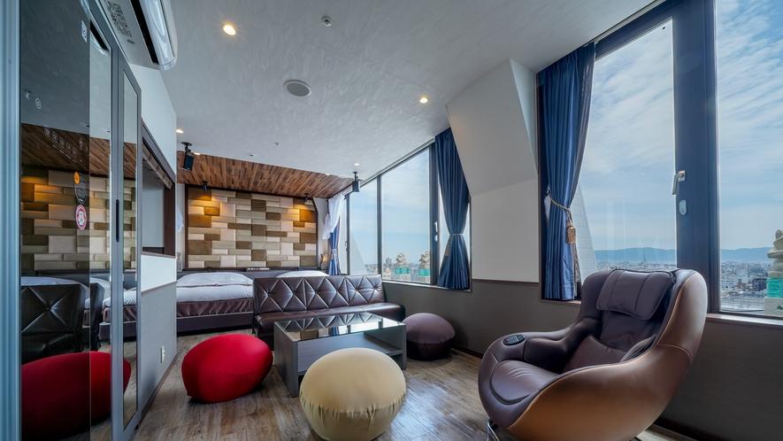 ロイヤルツイン/キッチン付ルームは、一面の大きな窓が特徴で最上階ビューを楽しめます。