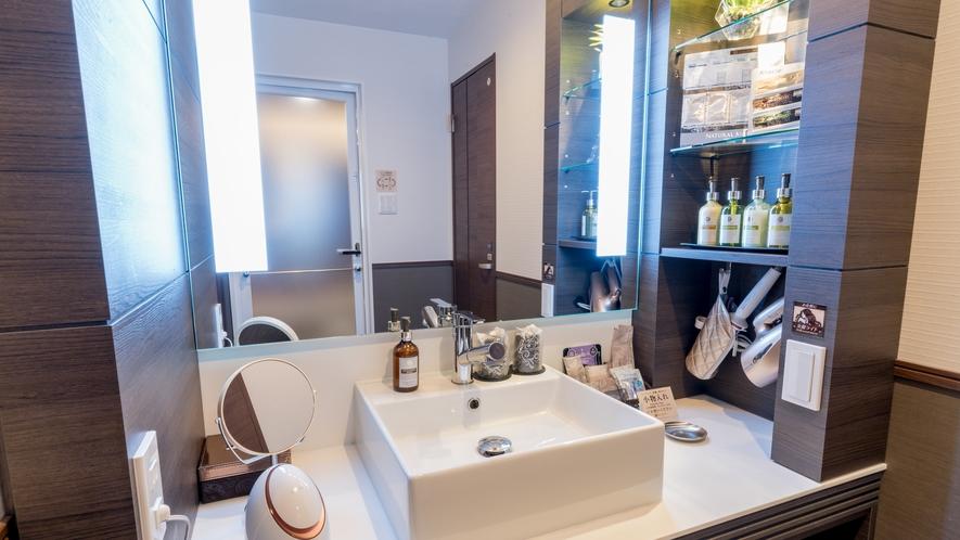 女優ミラーが眩しい!化粧しやすくて明るい洗面台です。